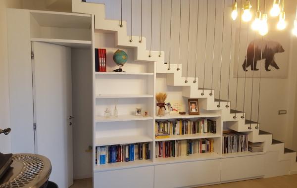 Libreria sottoscala con porta